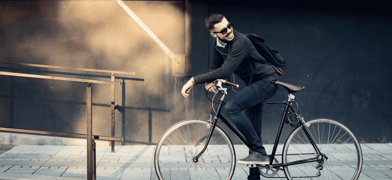 Goodweek-man-fiets-zonnebril